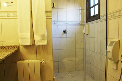 pousada em canela suite banheiro